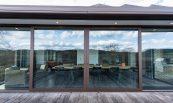 Châssis de baie vitrée et store de terrasse